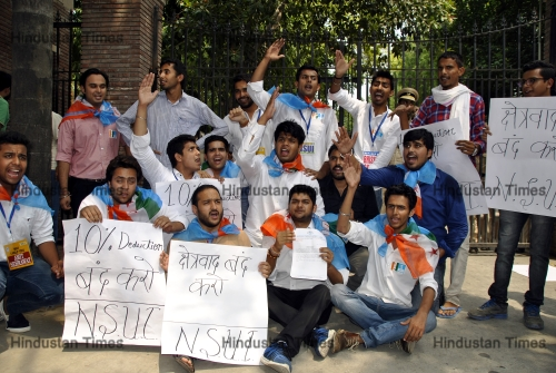 NSUI Protests For Deducting 10 Percent Marks Of Non CBSE Students In Delhi University Admissions