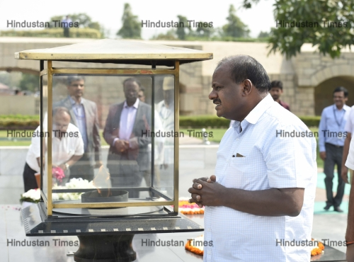 Karnataka Chief Minister HD Kumaraswamy Pays Floral Tribute To Mahatma Gandhi At Rajghat